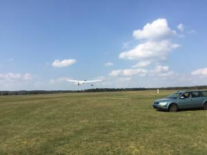 Das Segelflugzeug Puchacz startet an der Winde.