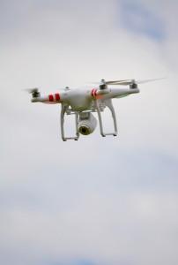 Ein Quadrokopter (eine der Drohnen) mit einer befestigten Kamera zur Bildübertragung.