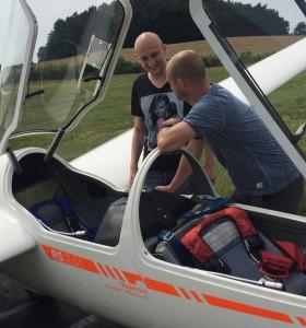 Das Flugzeug wird von dem 2. Vorsitzenden T. Pallauf erklärt.