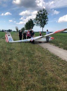 Sternberger Polizeibeamte mit der Abrüst-Crew vor dem Abrüsten des Segelflugzeugs in Suckow