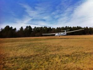 """Ein Luftfahrzeug SZD-30 """"Pirat"""" bei der Landung."""