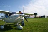 Der Pilot beim Rundgang um das Flugzeug